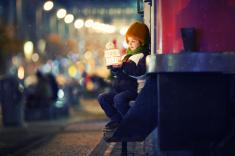 stock-photo-53628124-ładny-chłopiec-trzymając-lampion-outdoor