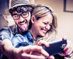 stock-photo-42257196-śmieszna-selfie-kilka-hipsters-bawiąc-się-fotografię-z-smartphone